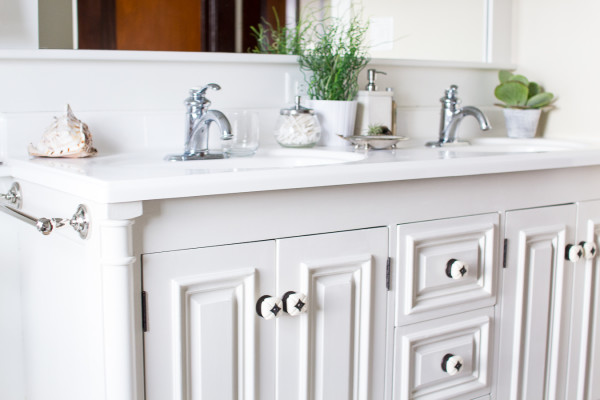 How to Paint a Vanity / Easy steps for updating a dated bathroom / www.findingsilverpennies.com