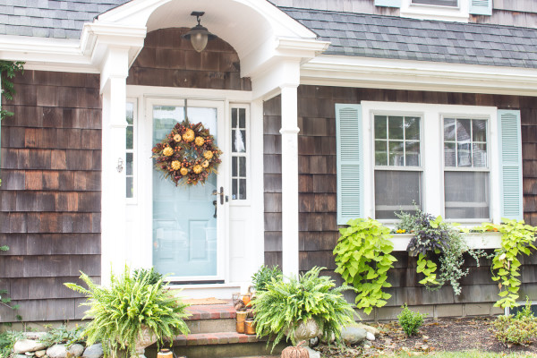 Creating a welcoming front porch for fall I www.findingsilverpennies.com
