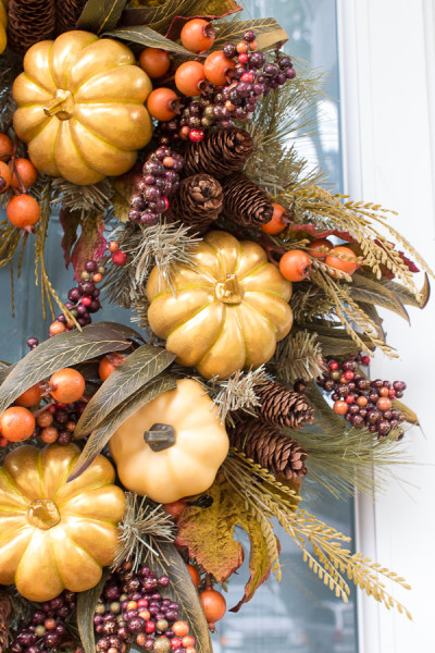 Gorgeous and festive fall wreath I Creating a welcoming front porch for fall I www.findingsilverpennies.com