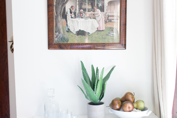 Pretty dining room decorated for Fall / www.findingsilverpennies.com