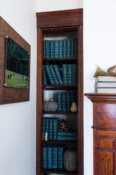 Old Built Ins with antique books I fall decorating I www.findingsilverpennies.com