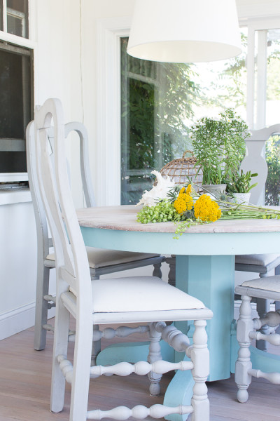 Upcycle furniture is at home by the sea / Fall in our Sunroom / easy and affordable tips for decorating by the sea! www.findingsilverpennies.com