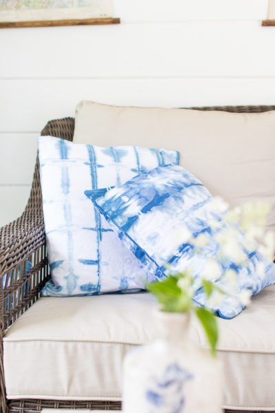 How fabulous are these DIY shibori pillows?