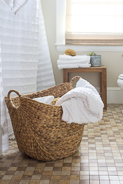 Simple decorating in a New England Coastal Bathroom I Finding Silver Pennies