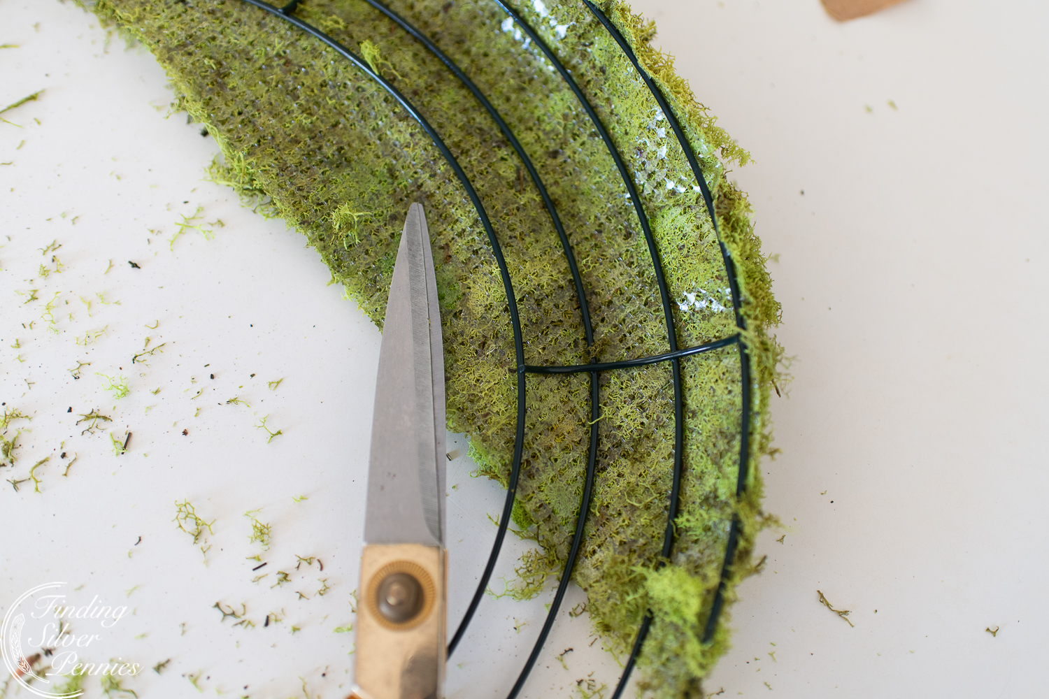 Quick and easy moss wreath #moss #crafts #DIYmosswreath #diymossnapkinrings #winterdecorating #hygge #cozyliving