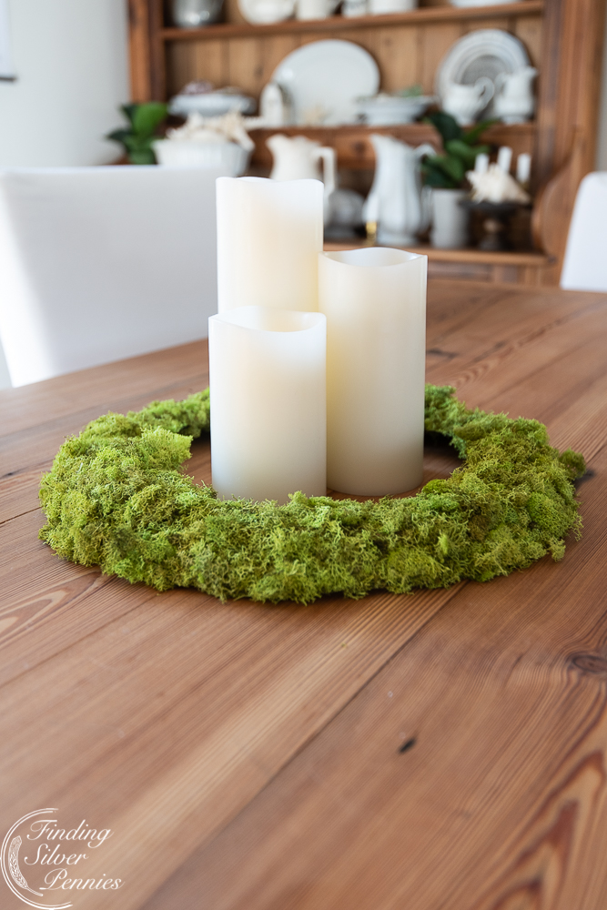 A simple and pretty DIY moss wreath #moss #crafts #DIYmosswreath #diymossnapkinrings #winterdecorating #hygge #cozyliving