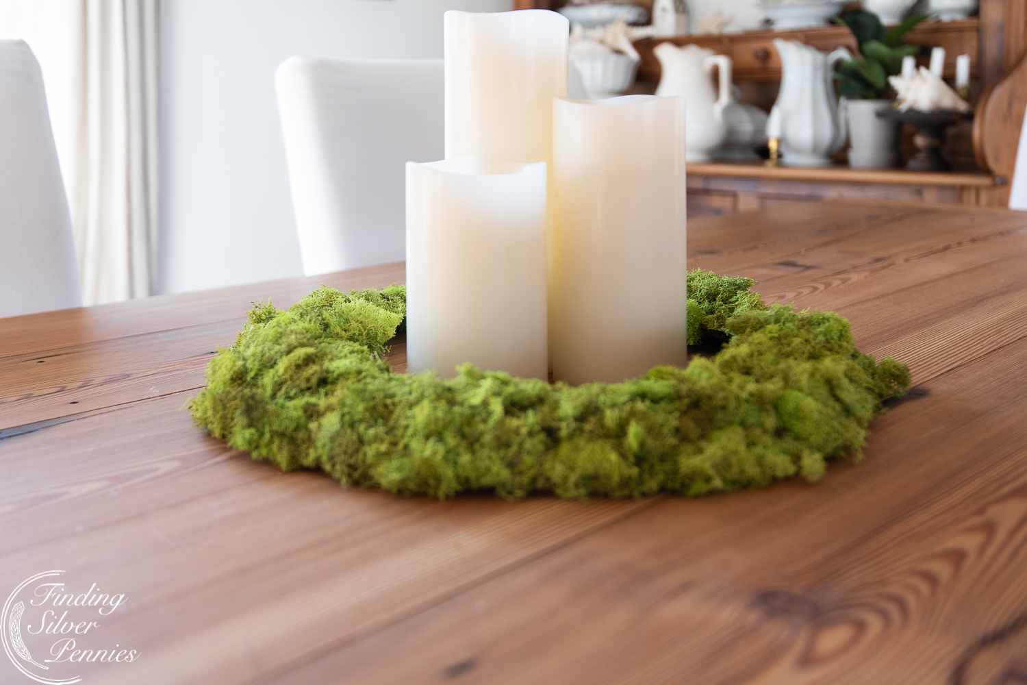Pretty moss wreath looks great in a classic new england home #moss #crafts #DIYmosswreath #diymossnapkinrings #winterdecorating #hygge #cozyliving