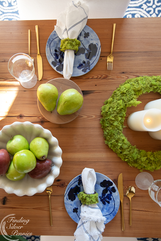 A pretty and minimal nature inspired tablescape #moss #crafts #DIYmosswreath #diymossnapkinrings #winterdecorating #hygge #cozyliving