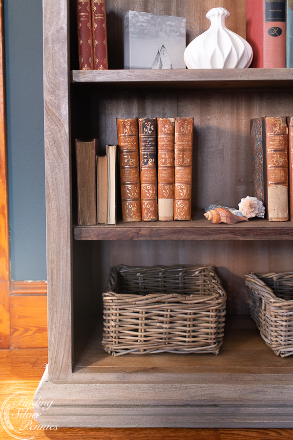 A bookcase in a New England office #bookcase #office #englishstyle #bookshelf #stylingtips