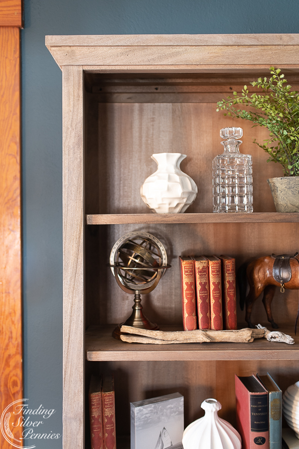 Add visual interest with many textures and finishes on a bookcase #bookcase #office #englishstyle #bookshelf #stylingtips