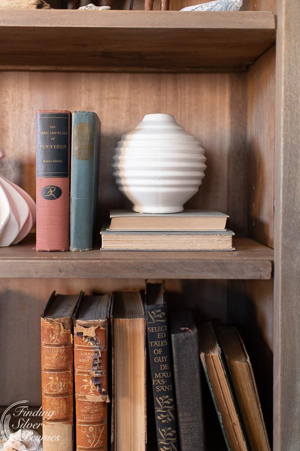 Adding layered styling to bookshelves #bookcase #office #englishstyle #bookshelf #stylingtips