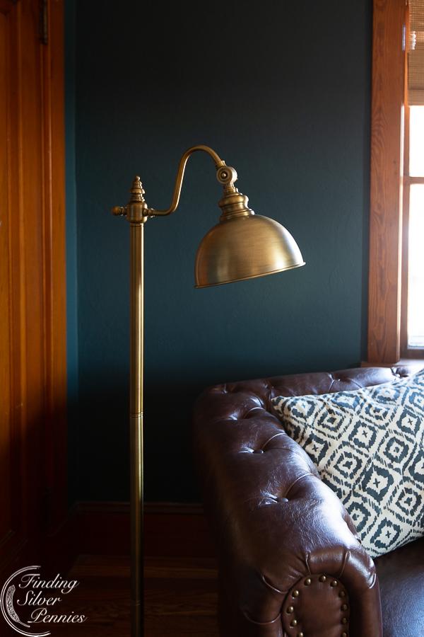 Pharmacy style floor lamp in aged brass #bookcase #office #englishstyle #bookshelf #stylingtips