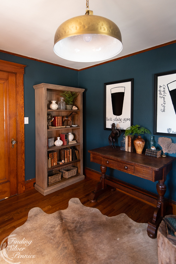English inspired home office - bookcase and vintage library table #bookcase #office #englishstyle #bookshelf #stylingtips