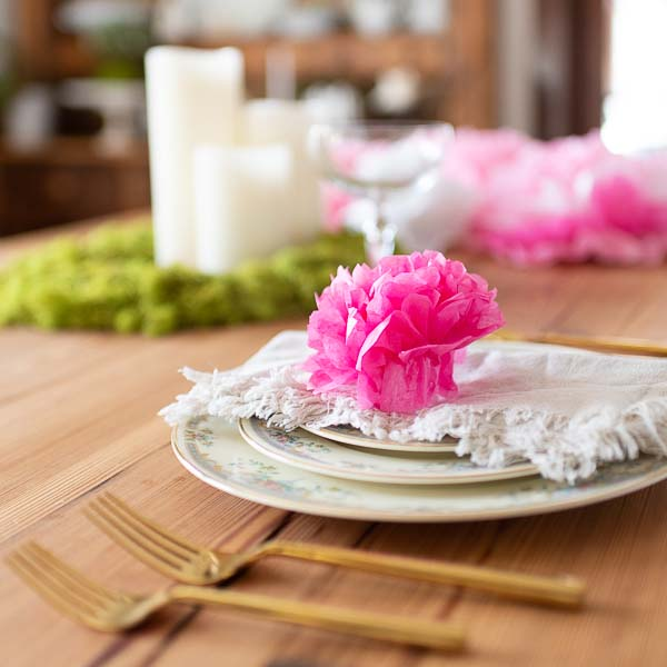 Paper peonies perfect for spring place settings #crafts #tissuepaperflowers #paperflowers #spring