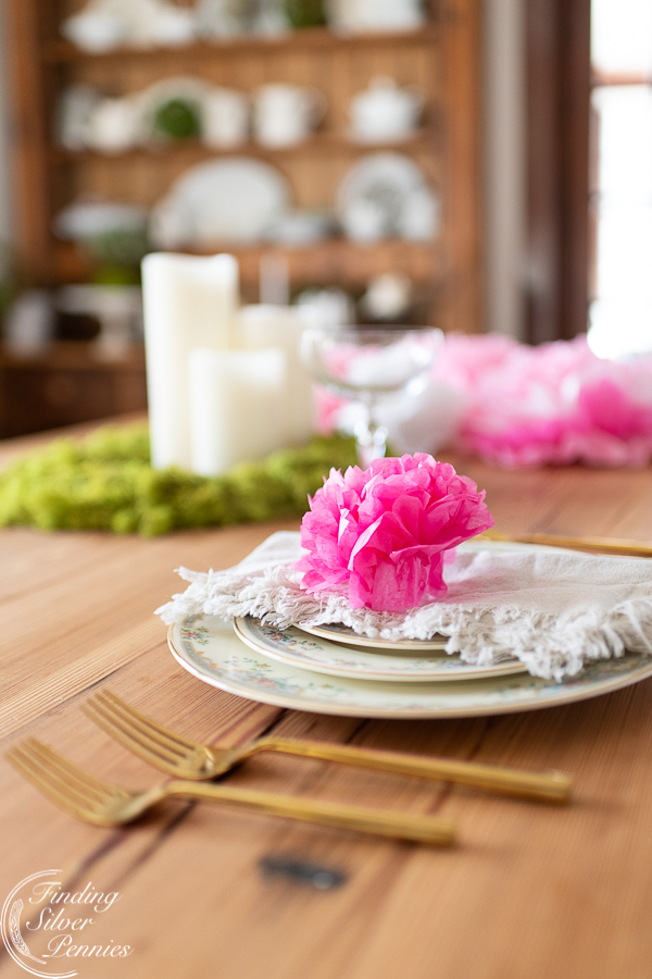 Simple spring place settings with paper flowers #crafts #tissuepaperflowers #paperflowers #spring